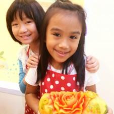 タイの子供料理教室でカービングパフォーマンス!